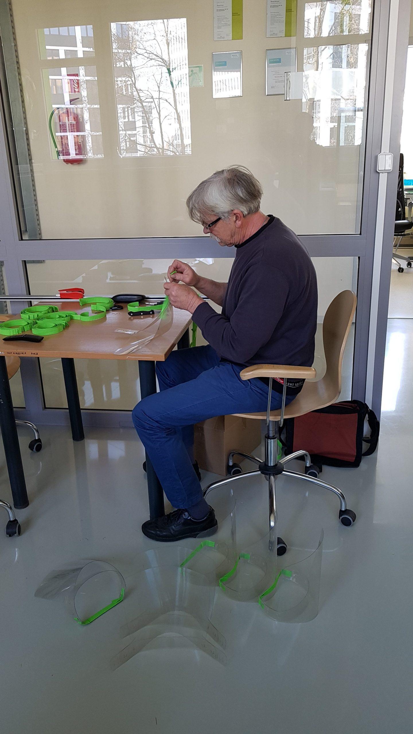 Pan Kazimierz Wołodźko montuje elementy przyłbicy
