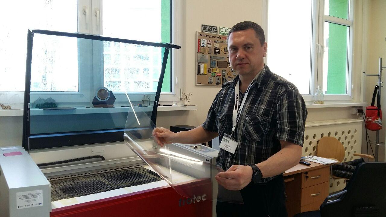 Stanisław Pokutycki przy ploterze laserowym CO2