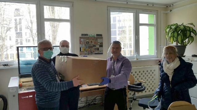 Odbiór przyłbic przez  pracowników Uniwersyteckiego Szpitala Klinicznego z ul. Borowskiej we Wrocławiu